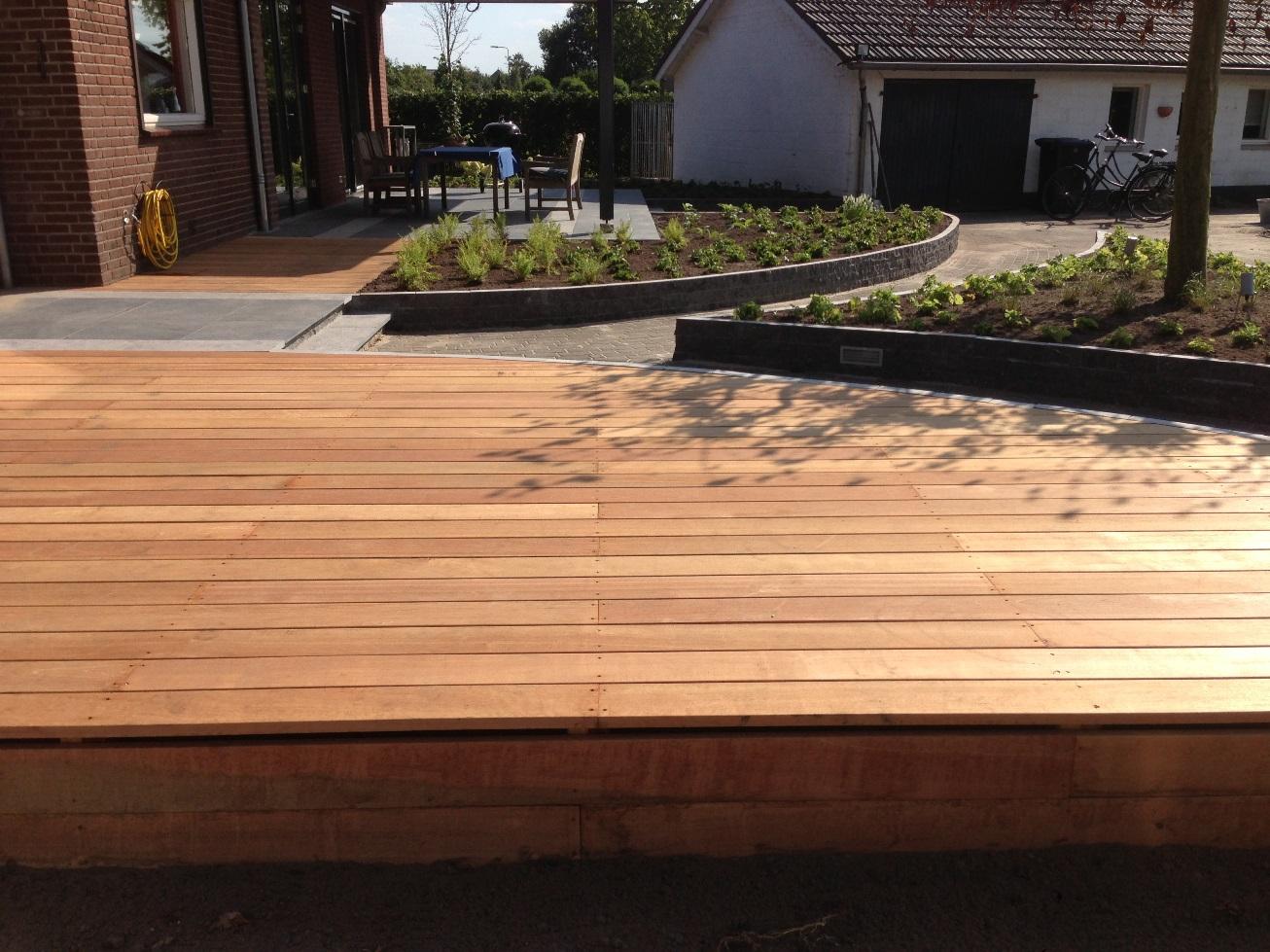Aanleg achtertuin met hout Horst (4)