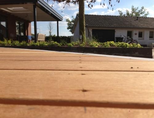 Aanleg achtertuin met houten vlonders