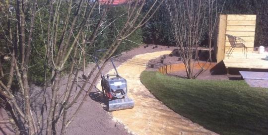 Aanleg achtertuin met zwevende vlonder Horst (4)