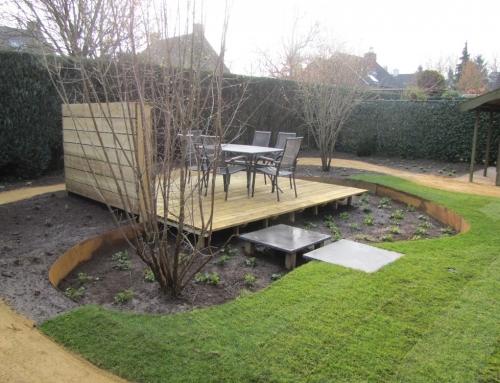 Achtertuin met zwevend houten terras